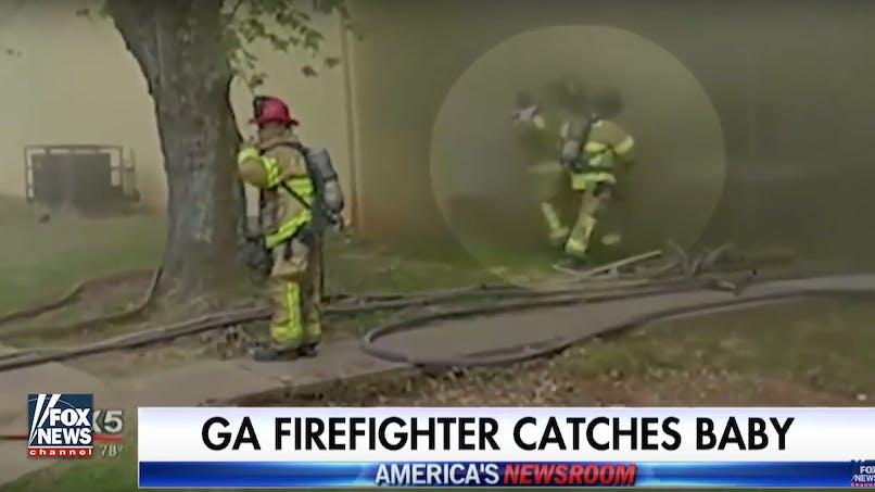 L'incroyable sauvetage d'un bébé par un pompier (vidéo)