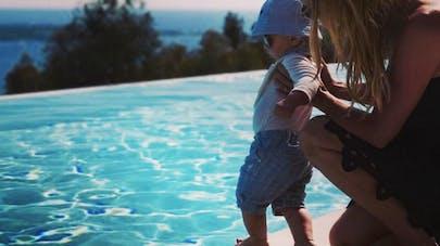 Ingrid Chauvin : adorables photos de son bébé au bord de la piscine