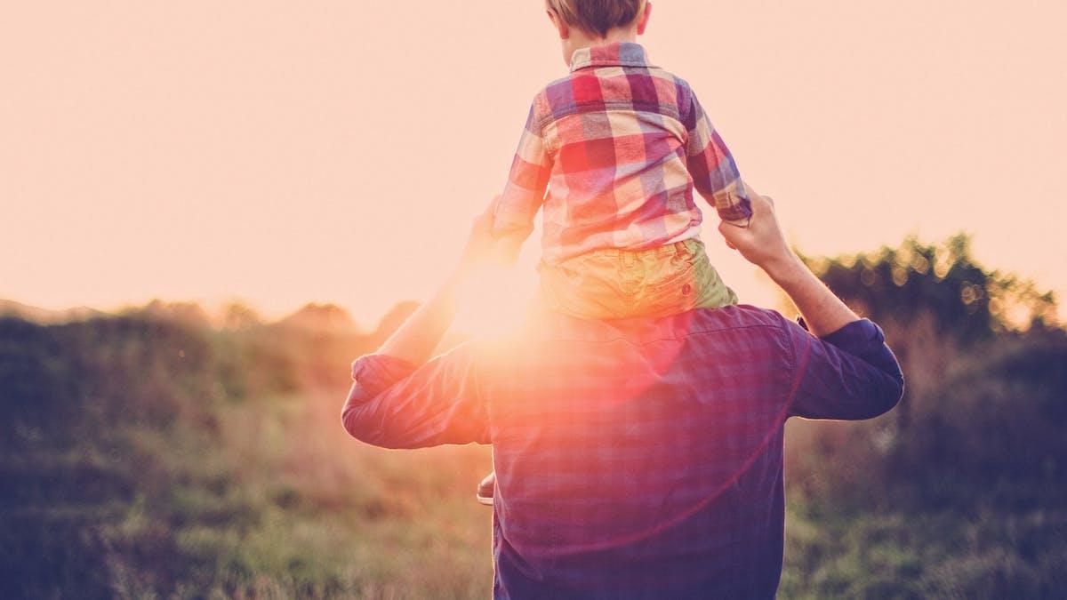 petit garçon sur épaules de son père