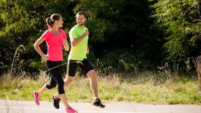 couple course à pieds chemin de campagne