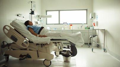 femme enceinte sur lit d'hôpital