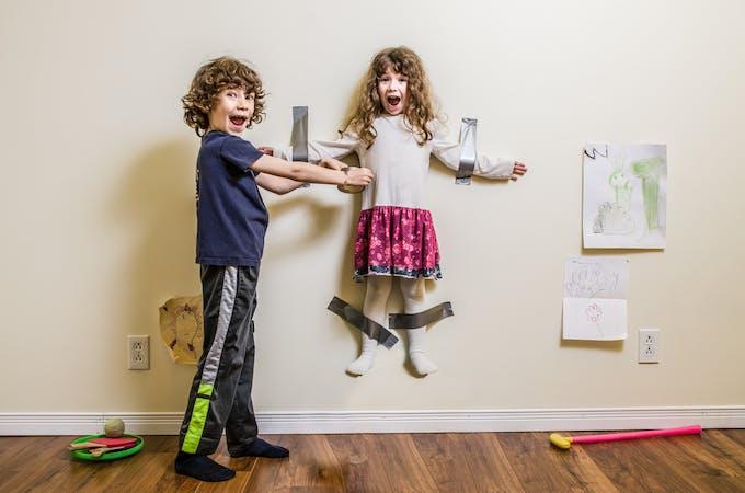 un enfant a suspendu sa soeur sur un mur