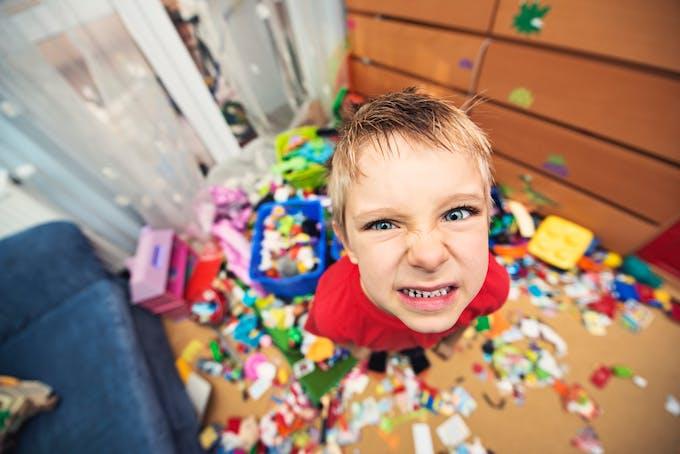 un enfant joue dans des billes de couleur