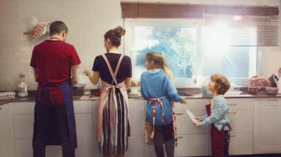 famille se partageant les tâches ménagères