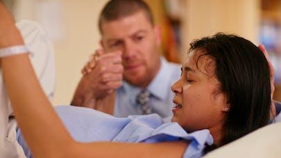 femme en salle d'accouchement accompagné de son mari