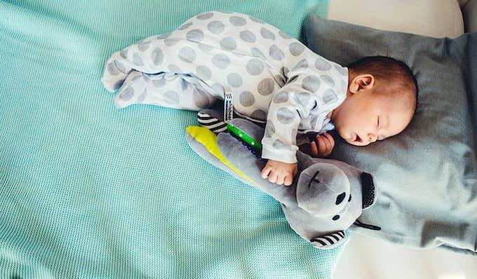 bebe qui dort avec son ours Whisbear