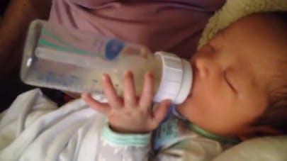 bébé boit son biberon tout seul