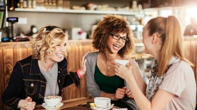 3 jeunes femmes amies au café