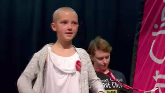 A 9 ans, elle se rase publiquement les cheveux pour son frère malade d'un cancer