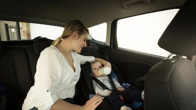 mère donnant le biberon en voiture