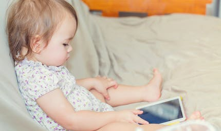 Tablettes et smartphones retardent le développement du langage