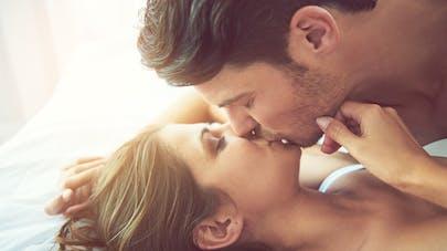 couple au lit s'embrassant