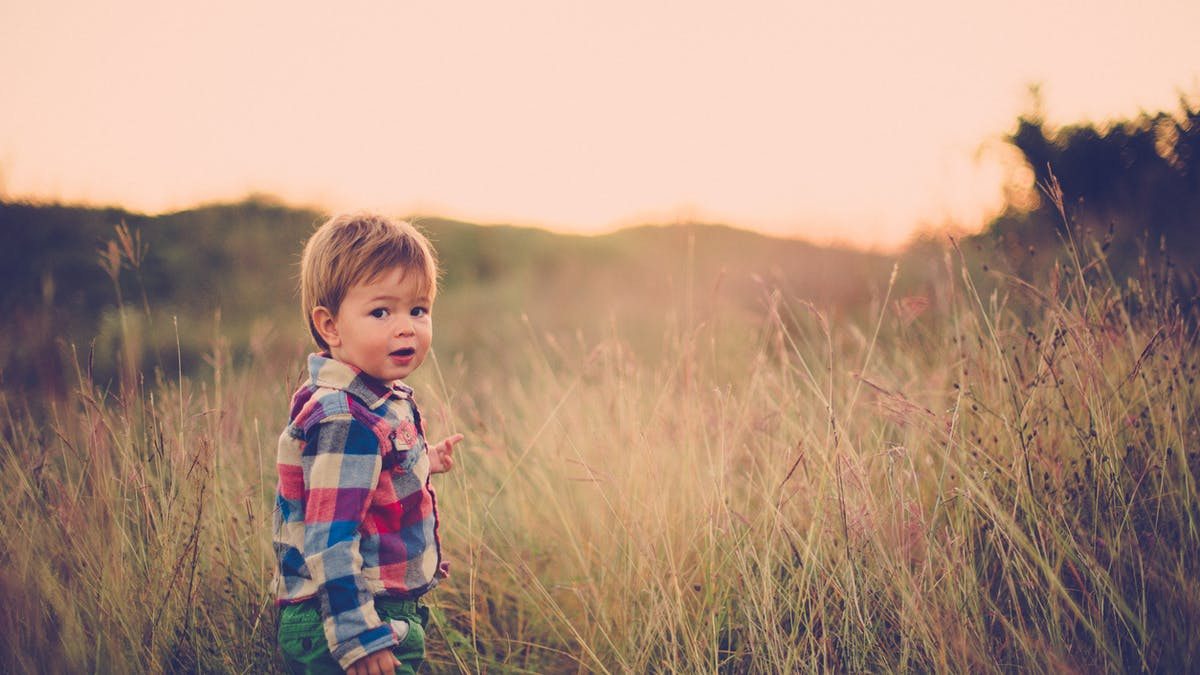 bébé marche dans la nature