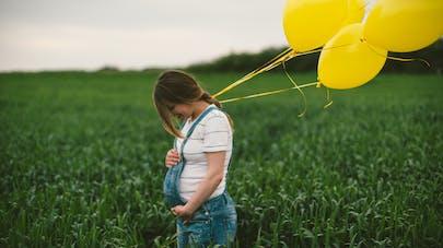 femme enceinte dans un champs