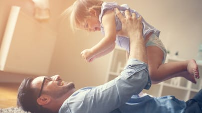 père et bébé jouent