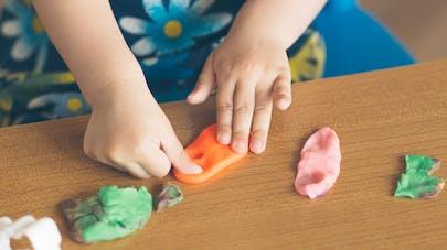 enfant manipule pâte à modeler