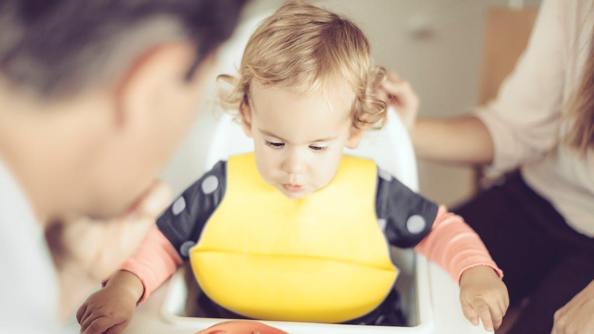 un enfant dans sa chaise haute