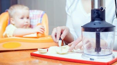maman fait la cuisine pour bébé