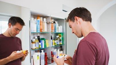 homme devant armoire à pharmacie