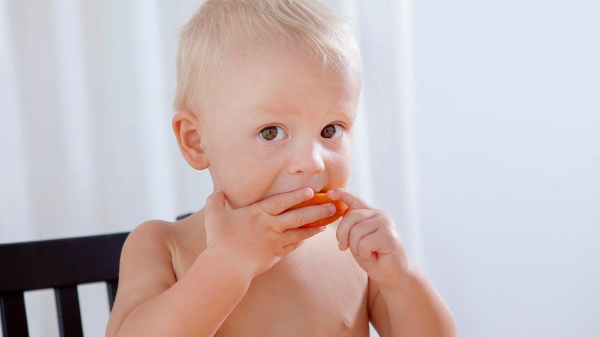 bébé mange un fruit