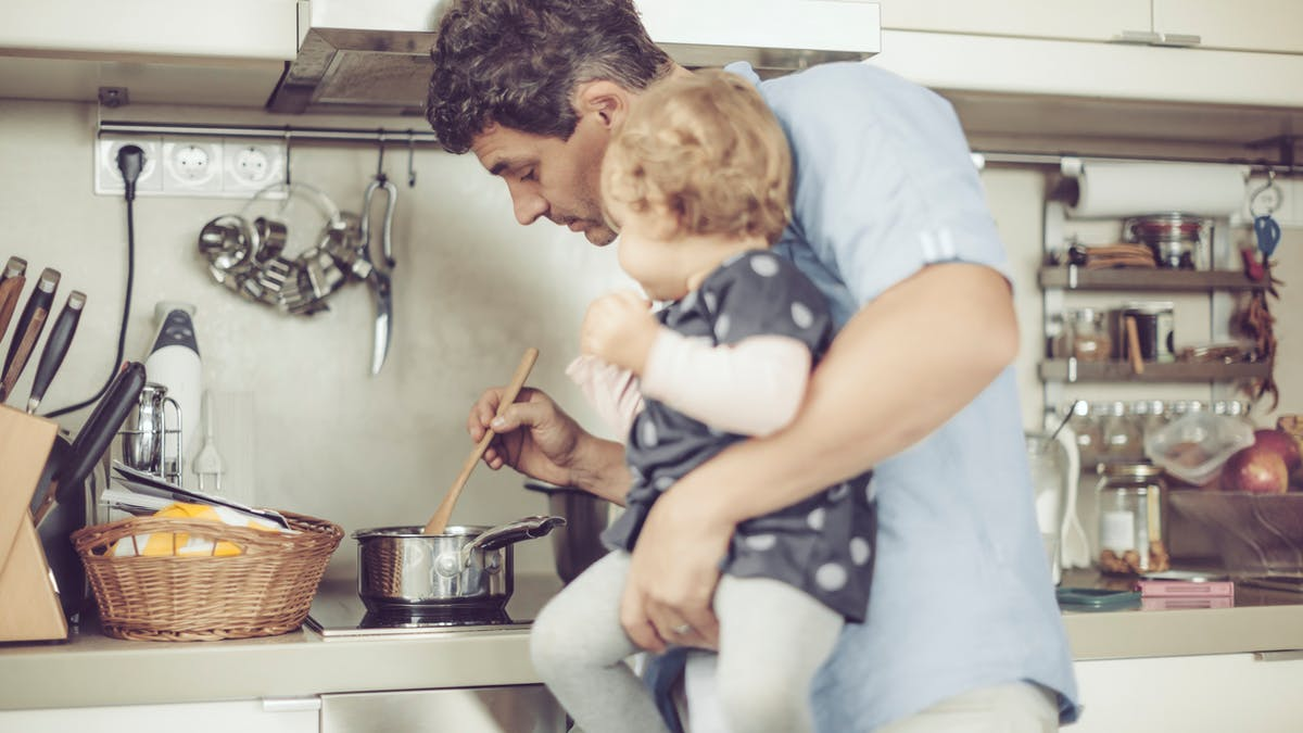papa et bébé cuisine