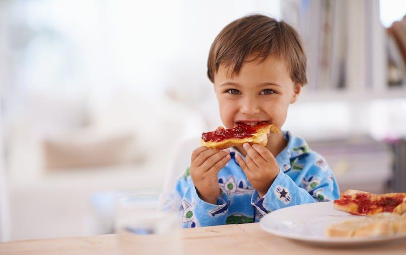 enfant petit déjeuner tartines