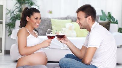 femme enceinte et son compagnon buvant du vin