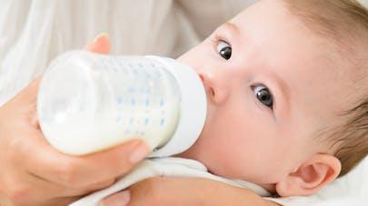 bébé buvant son biberon de lait