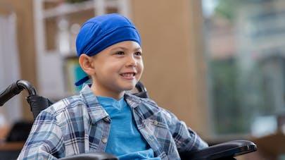 enfant cancereux en chaise roulante