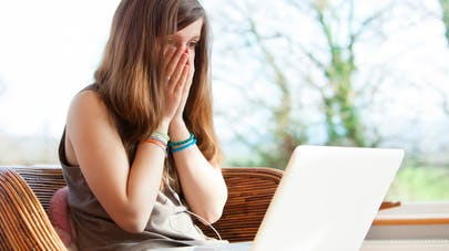 adolescente devant son ordinateur