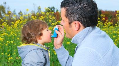 enfant allergique dans un champs avec son papa