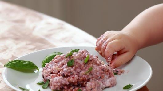 Bébé mange avec les doigts