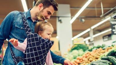 papa achète des légumes