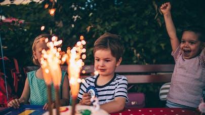 jeunes enfants fête anniversaire