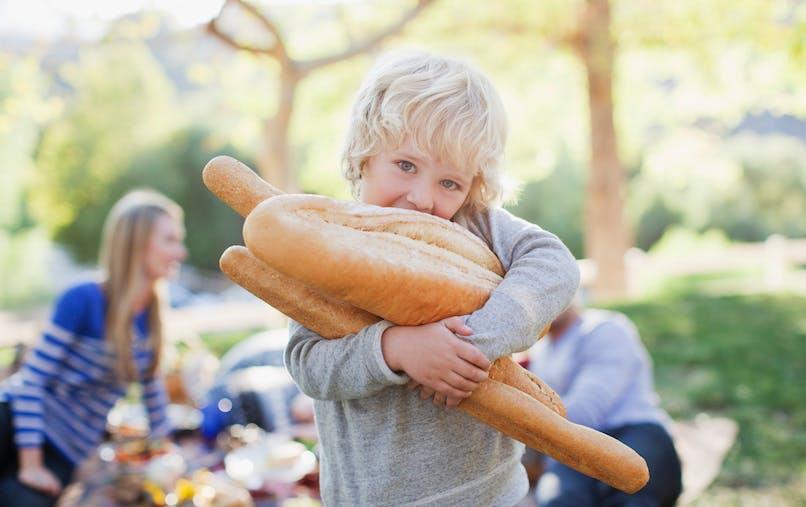 enfant porte du pain