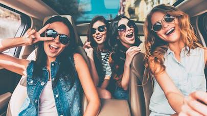 jeunes femmes souriantes en voiture