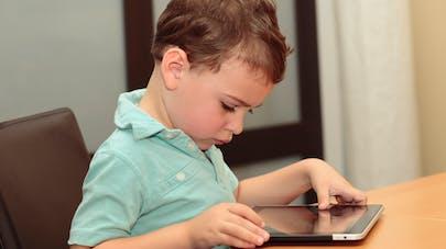 enfant devant une tablette