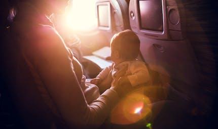 Pourquoi prendre l'avion avec un enfant est un enfer ? La réponse dans une vidéo hilarante