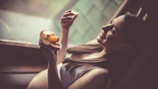 femme enceinte mange des fruits
