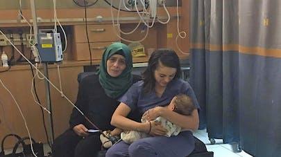 une infirmière juive allaite un bébé palestinien