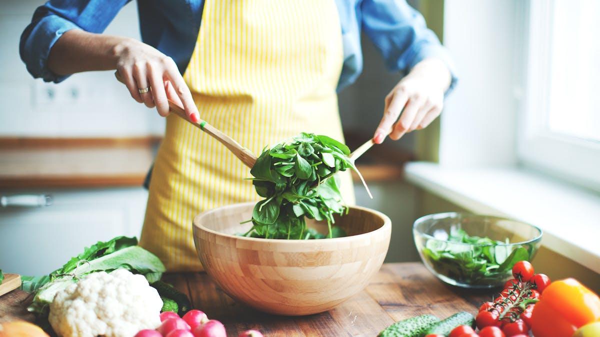 femme prépare une salade