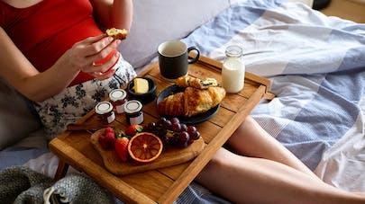 femme enceinte prend son petit déjeuner