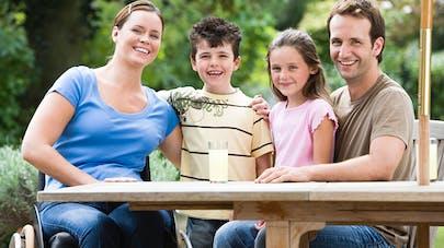 un famille, maman handicapée père et enfants