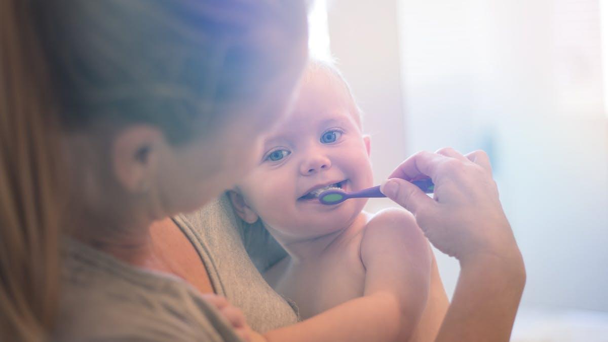maman brosse dents bébé