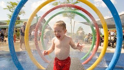 enfant et jeux d'eau