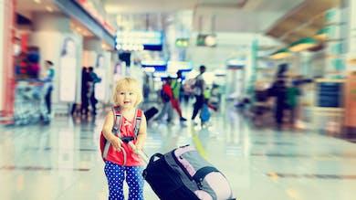 bébé avec valise aéroport