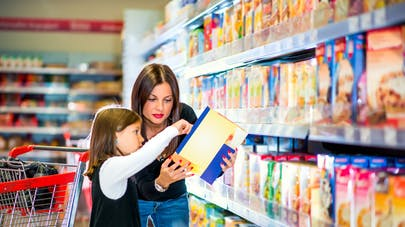 mère et fille au rayon céréales du supermarché