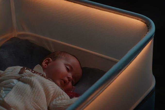 Bébé qui dort dans le lit Max Motor Dreams