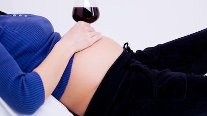 femme enceinte buvant du vin