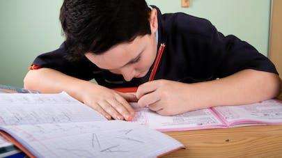 petit garçon écrivant de la main gauche